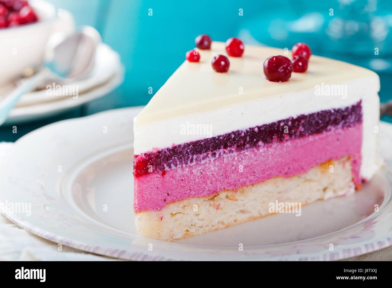 Preiselbeere, Heidelbeere, Himbeere Torte, Mousse Torte. Stockbild