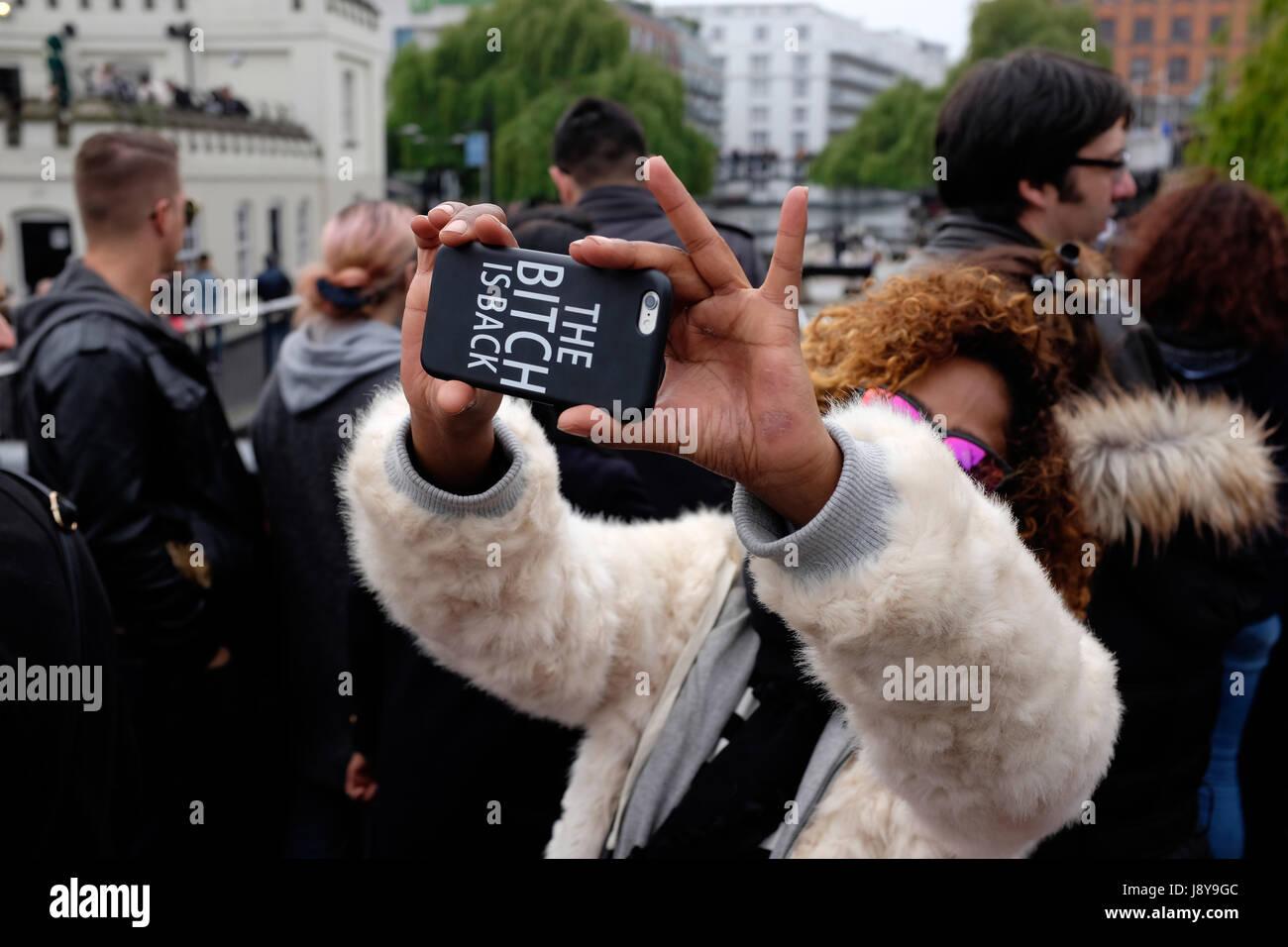 Frau, die eine Selfie mit ihrem Smartphone bei Camden Lock Market, London, UK. Stockbild