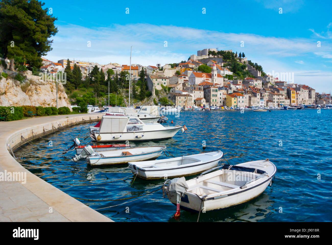 Boote auf der Strandpromenade, mit Altstadt im Hintergrund, Sibenik, Dalmatien, Kroatien Stockbild