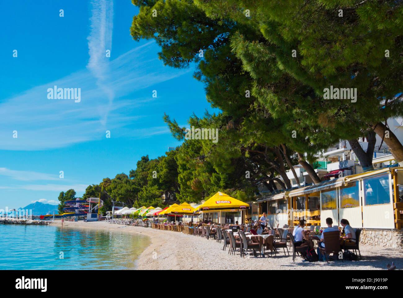 Bar-Restaurant-Terrassen Main beach, Makarska, Dalmatien, Kroatien Stockbild