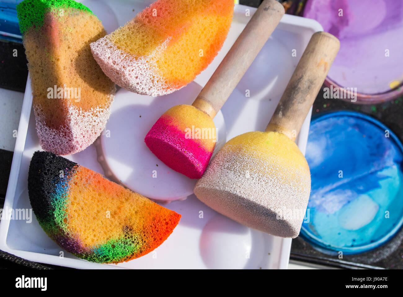 Farbe, Kosmetik, Bürsten und Schwämme für Kinderschminken. Kinderparty Stockbild