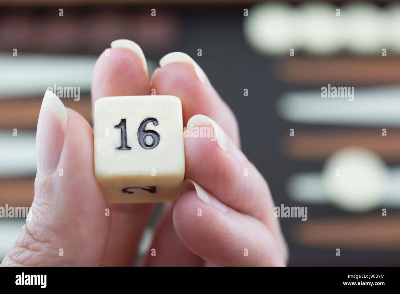 Bereitet, um Backgammon Würfel auf die braun und Creme Backgammon-Brett im Hintergrund unscharf. Mit Schwerpunkt Stockbild