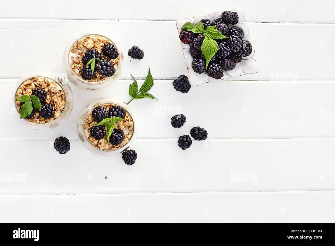 BlackBerry Parfaits mit griechischem Joghurt, Müsli und frischen Brombeeren gemacht Schuss von oben weißer Stockbild