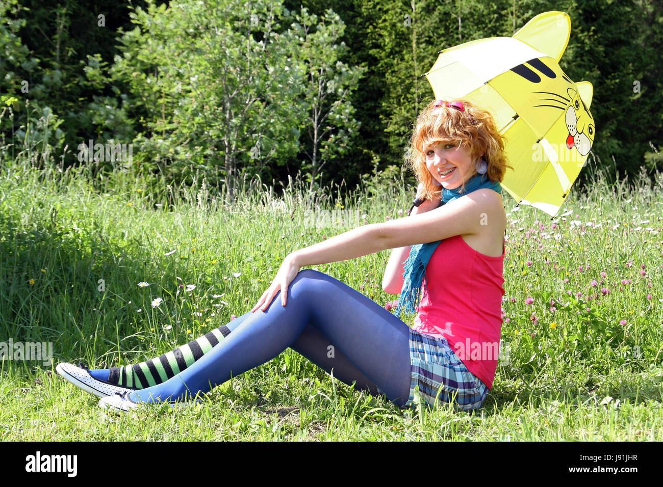 Mit Dem Regenschirm Auf Blumenwiese Stockfoto Bild 143251411 Alamy