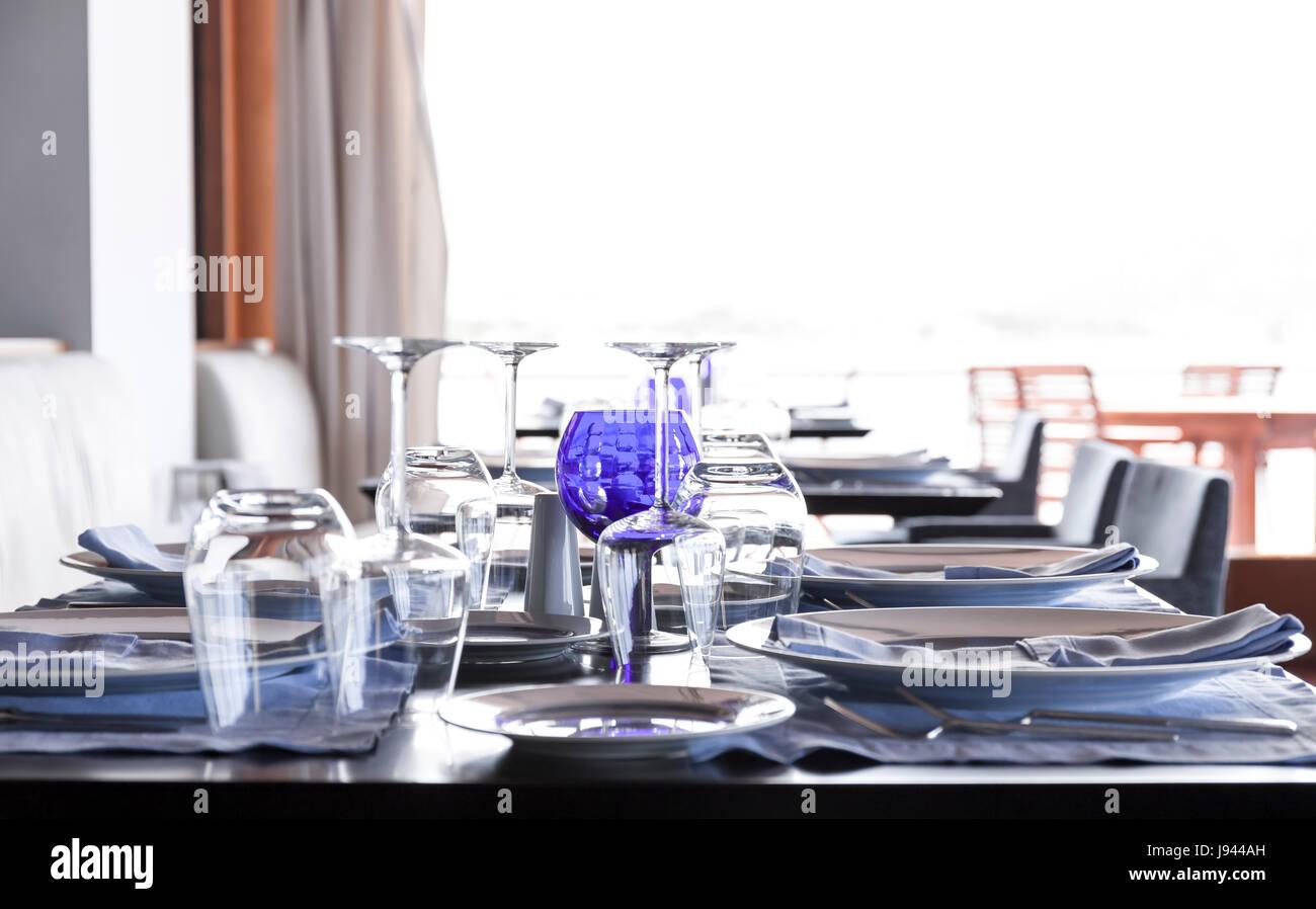 Tisch im Restaurant einrichten Stockbild