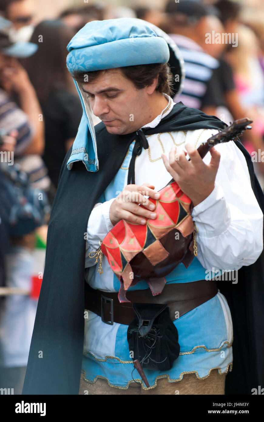 Mittelalterliche junger Mann alte Gitarre, laute parade del Palio. Stockbild