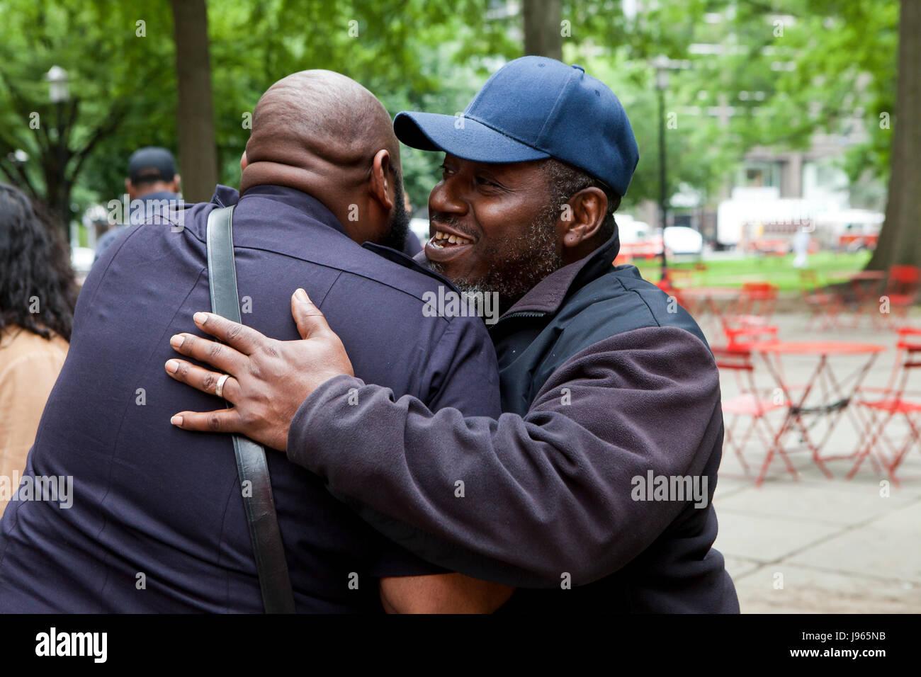 """Afro-amerikanische Männer, die einander """"hug"""" - USA Stockbild"""