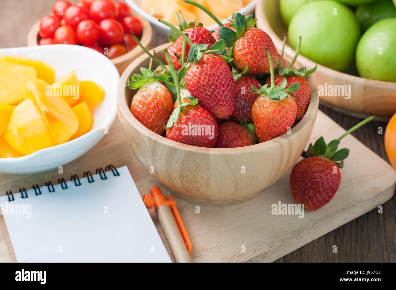 Küchentisch mit Sorte Obst, Erdbeere, Zwerg-Tomaten, Affen Apfel ...