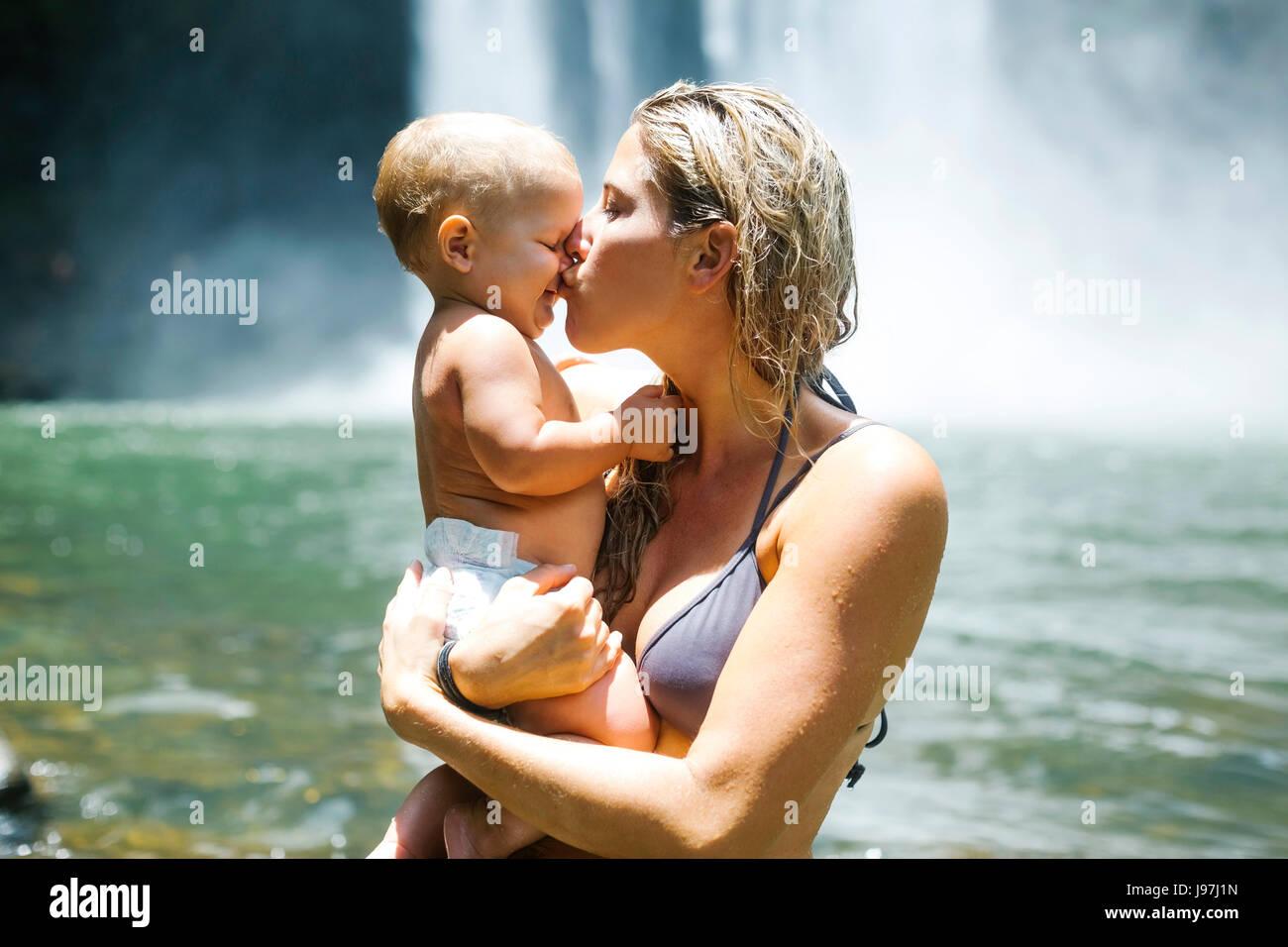 Mutter küssen Baby (18-23 Monate) mit Liebe Stockbild
