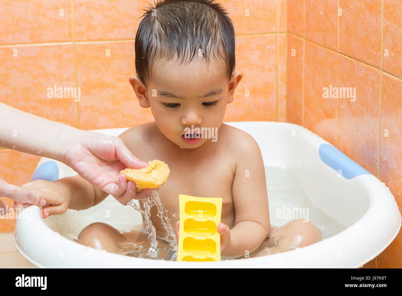 Kind Baden mit Mutter im Badezimmer Stockfoto, Bild: 143383656 - Alamy