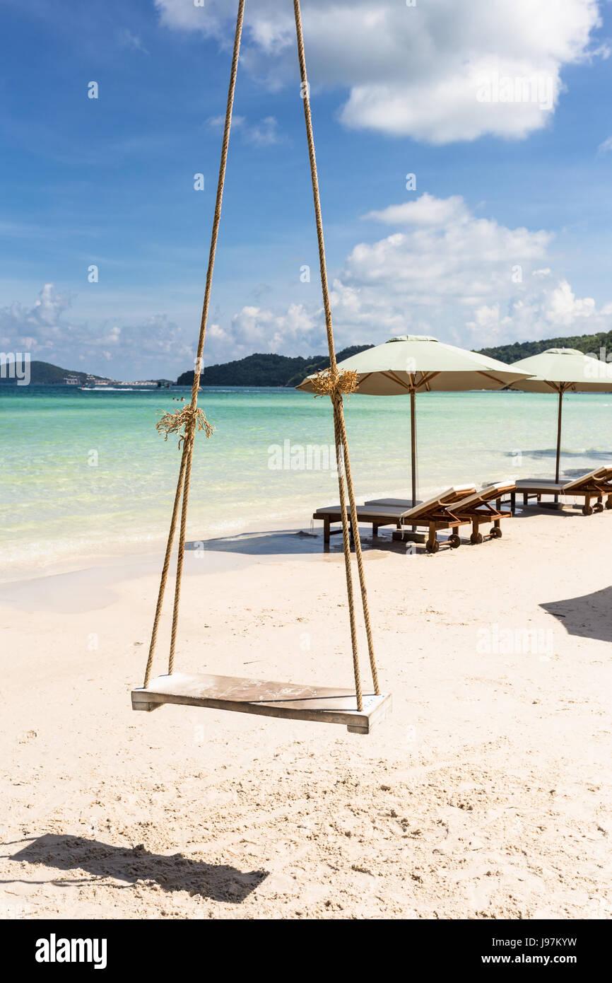 Schwingen Sie an einer Palme in der idyllischen Bai Sao Beach auf Phu Quoc Insel in Vietnam in den Golf von Thailand. Stockbild