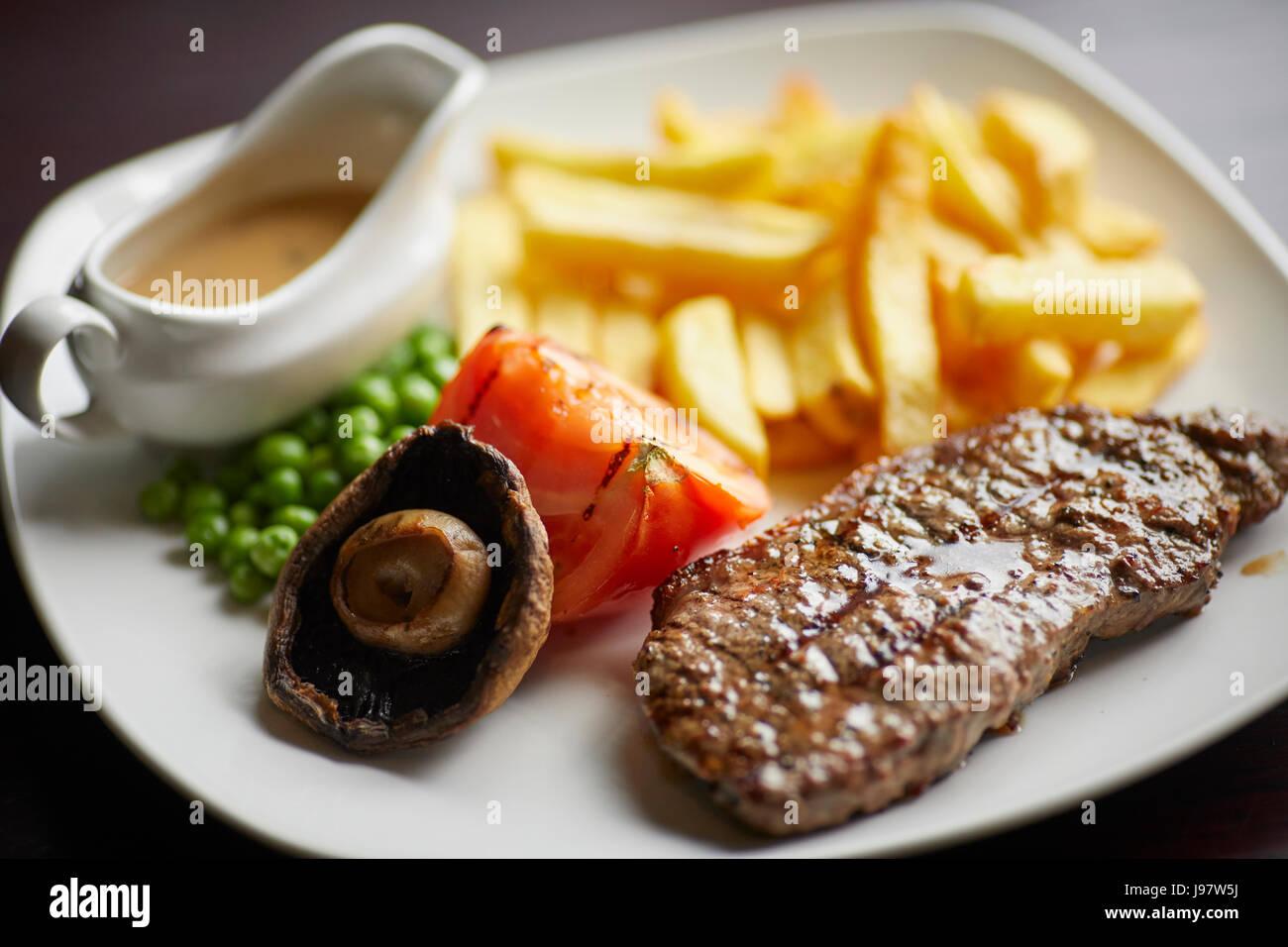 Traditionelle Pub-Gerichte, Steak und Chips. Stockbild