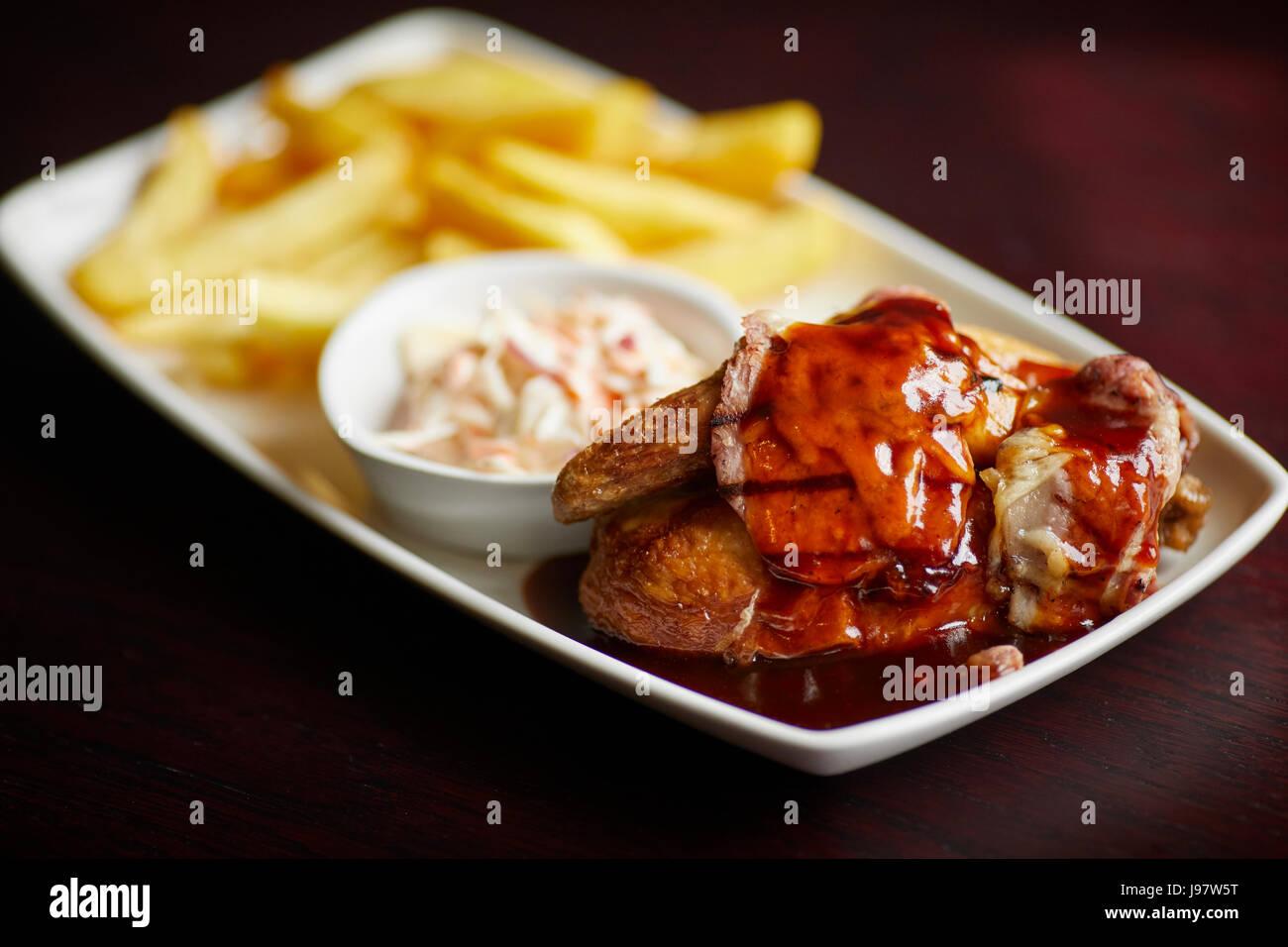 Traditionelle Pub Essen, Huhn in Soße und Pommes Frites. Stockbild
