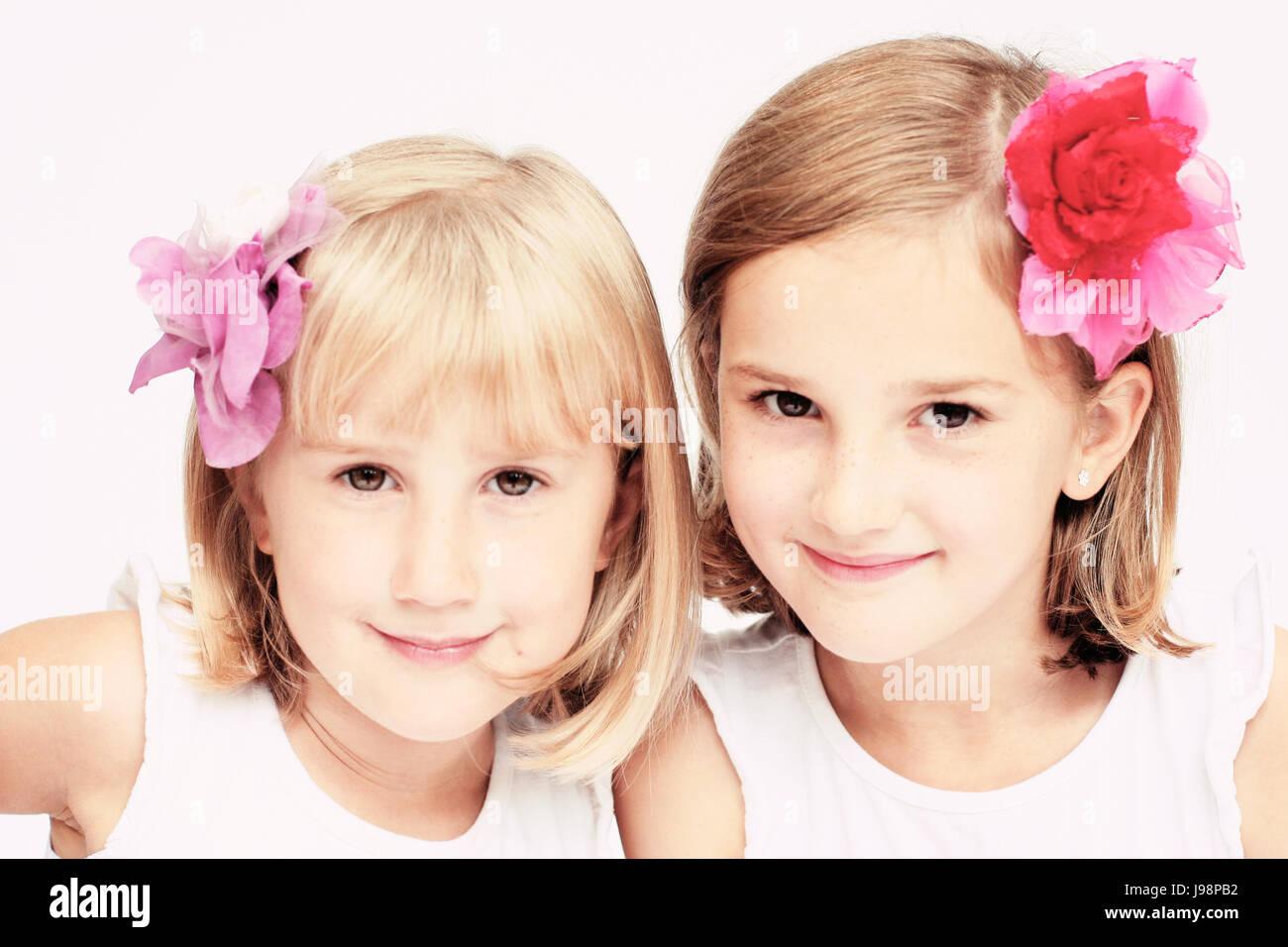 Kinder Sitzen Zwei Madchen Mit Bobs Bob Frisuren Und Blumen Im