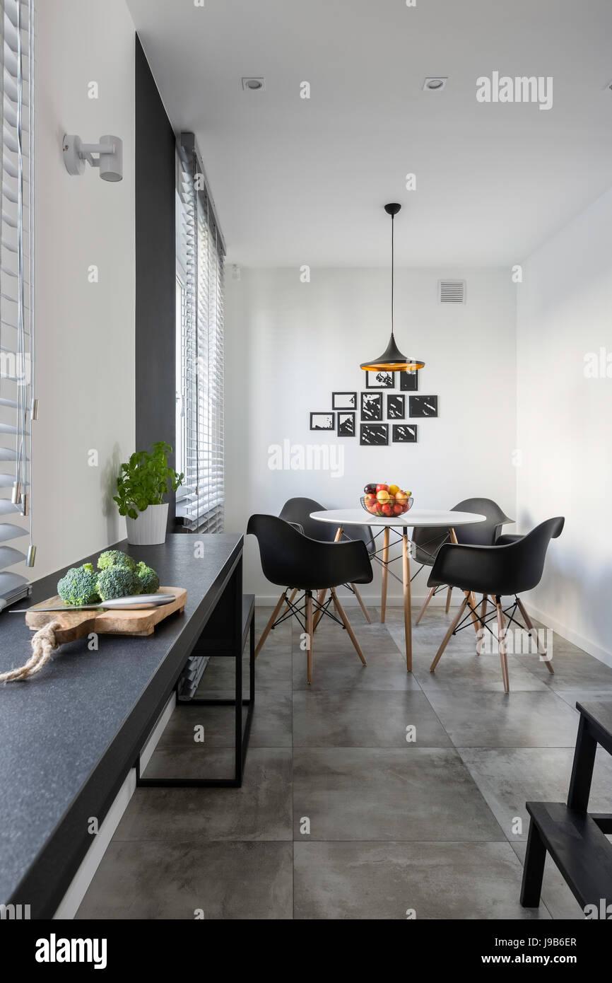 Moderne Weisse Kuche Mit Lange Granit Arbeitsplatte Runder Tisch