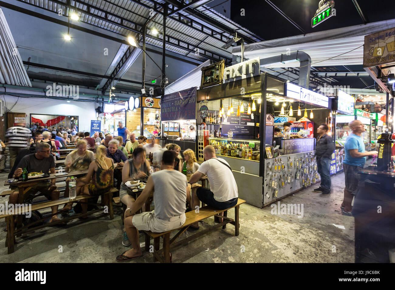 HO-CHI-Minh-Stadt, VIETNAM - 10. April 2017: Menschen haben Abendessen auf dem überdachten Ben Thanh Street Stockbild