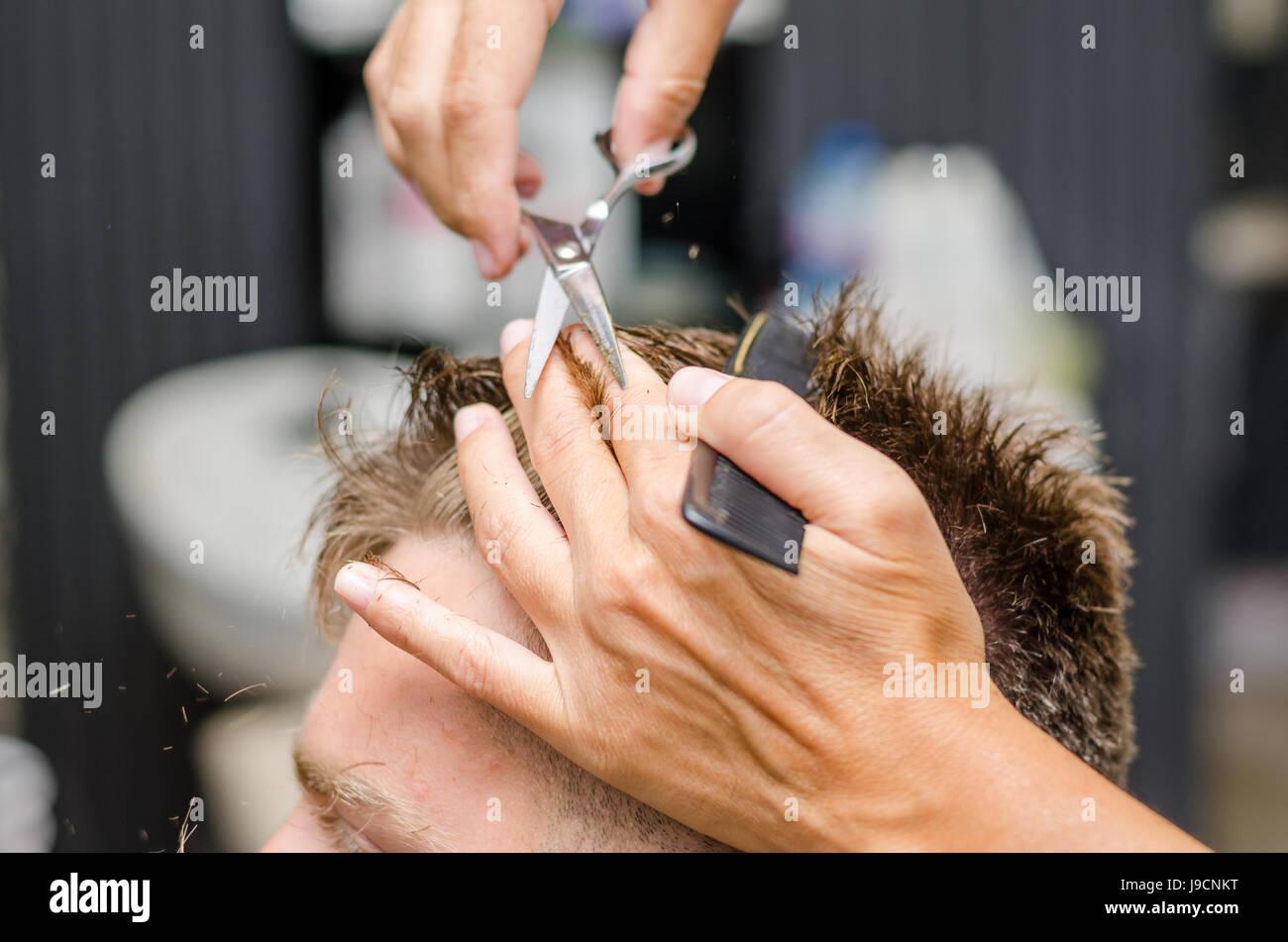 Manner Haare Schneiden Schere In Einem Schonheitssalon Stockfoto