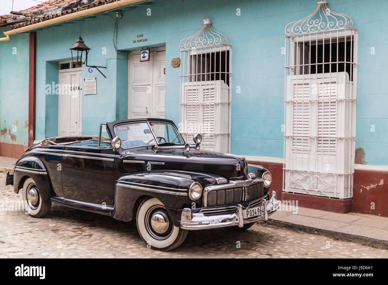 Ein Jahrgang 1948 American Mercury acht arbeiten als ein Taxi in die Stadt von Trinidad, UNESCO, Kuba, West Indies, Stockbild