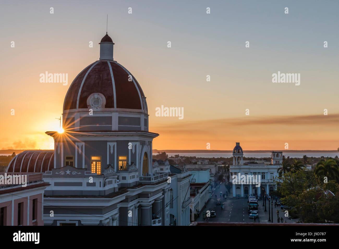 Antiguo Ayuntamiento, Heimat der Landesregierung Gebäude bei Sonnenuntergang, UNESCO, Cienfuegos, Kuba, West Indies, Stockfoto