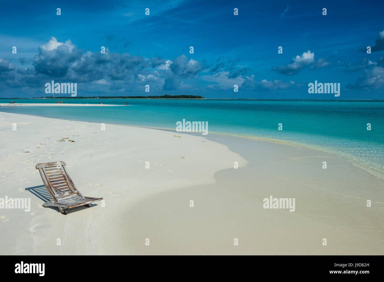 Liegestuhl auf einem weißen Sandstrand und türkisfarbenes Wasser, Sun Island Resort, Nalaguraidhoo Insel, Stockbild