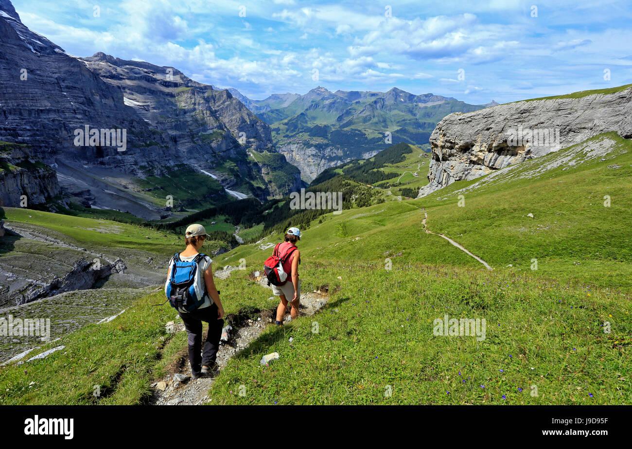 Wanderer auf der kleinen Scheidegg, Grindelwald, Berner Oberland, Schweiz, Europa Stockfoto