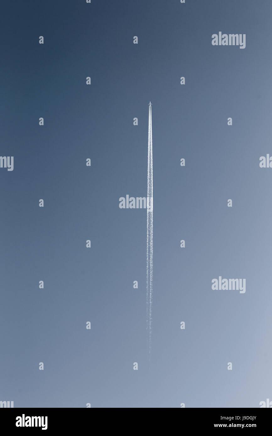 Ein Düsenjet in den Himmel. Stockbild