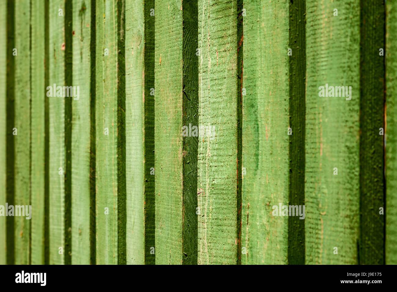 Leuchtend Grün Lackiert Holzzaun Hintergrund. Geometrische Vertikal  Gestreifte Textur Rauhe Wand