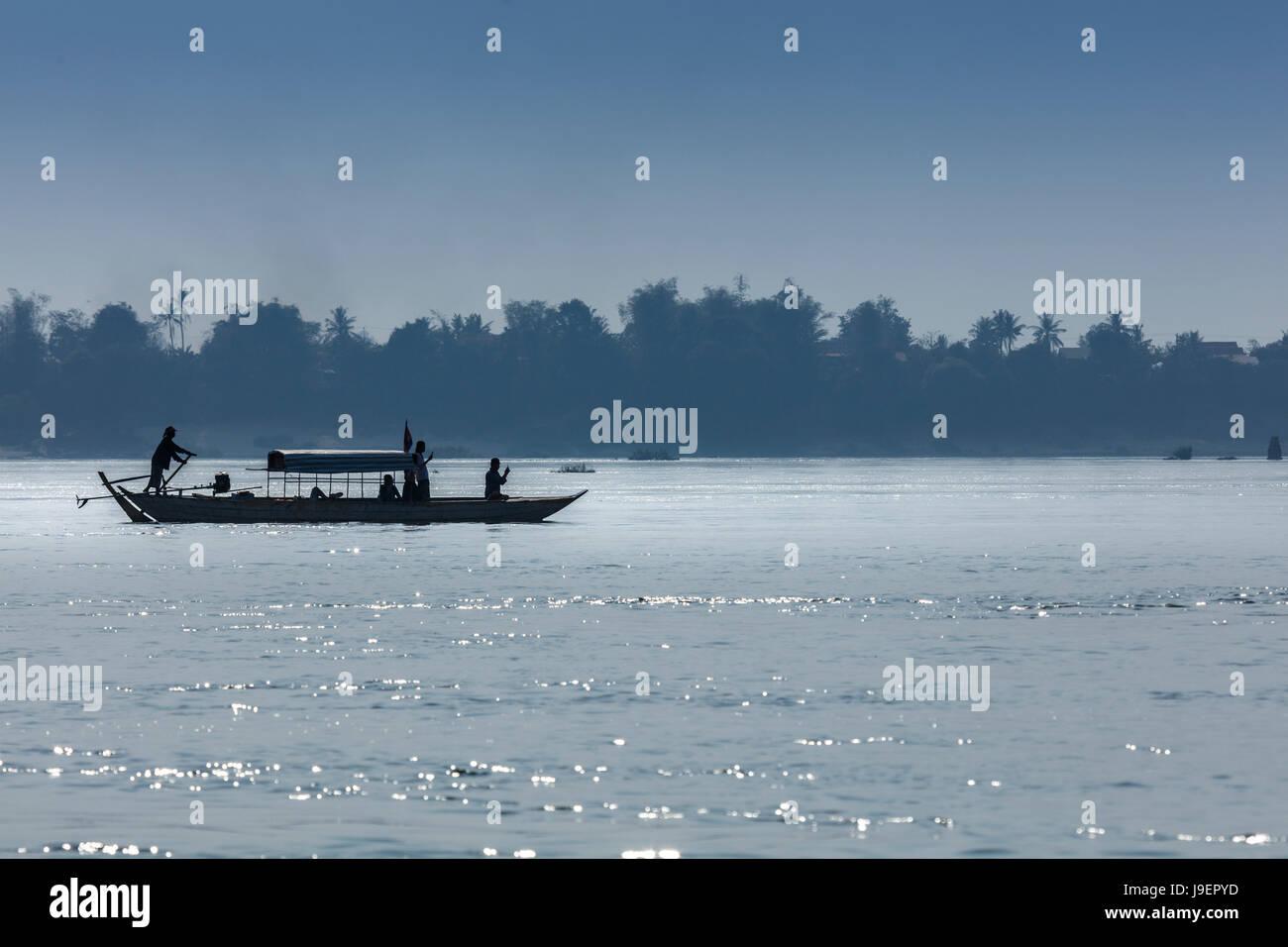 Touristenboot auf dem Mekong, Irrawaddy-Fluss-Delfine in der Nähe von Kratie suchen Stockbild
