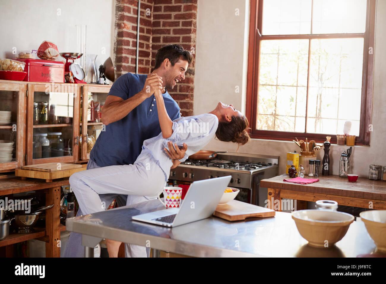 Hispanic Brautpaar tanzen in Küche am Morgen Stockfoto, Bild ...