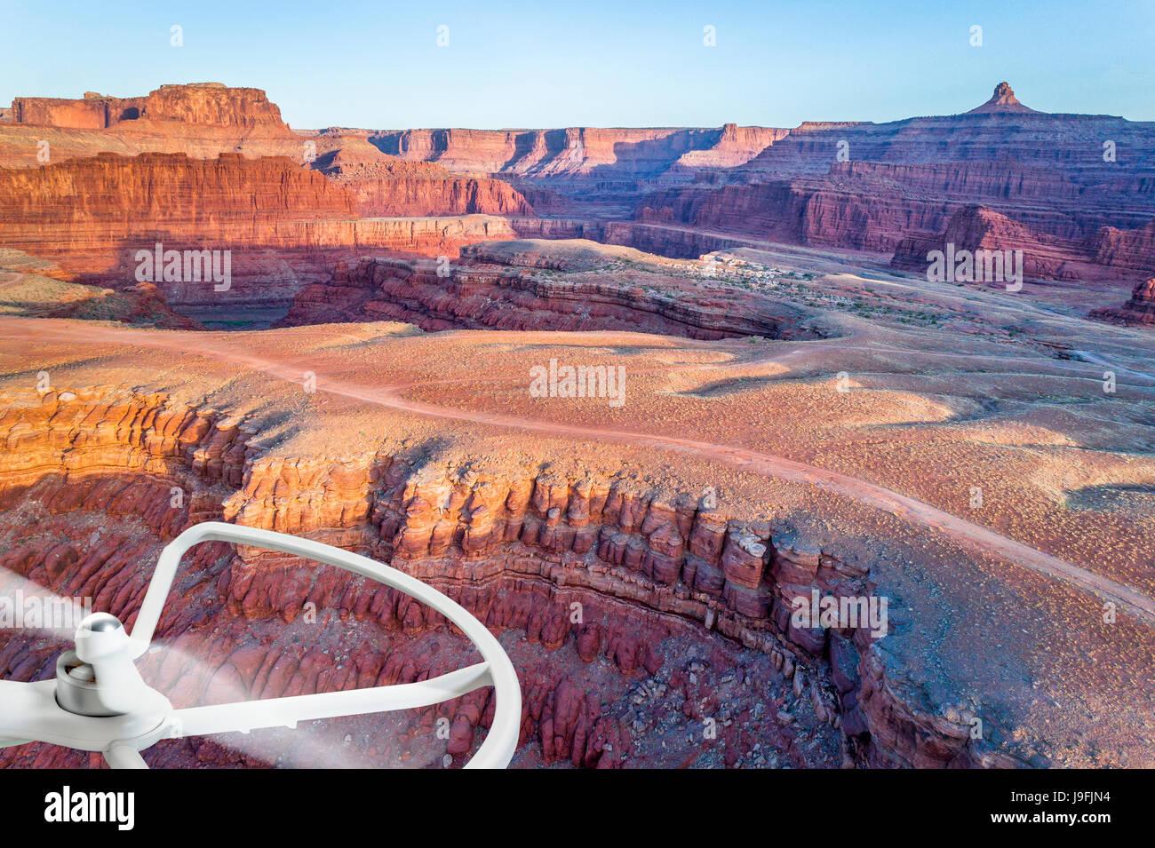 Luftaufnahme des Colorado RIver Canyon in der Nähe von Moab, Utah mit einem rotierenden Propeller enthalten Stockbild