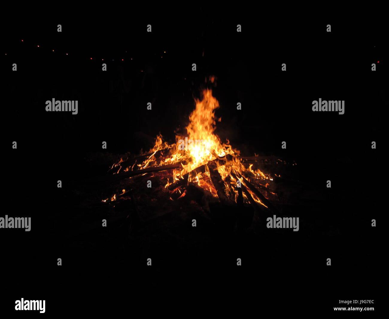 Lagerfeuer Kamin Offenes Feuer In Der Nacht In Einem Garten