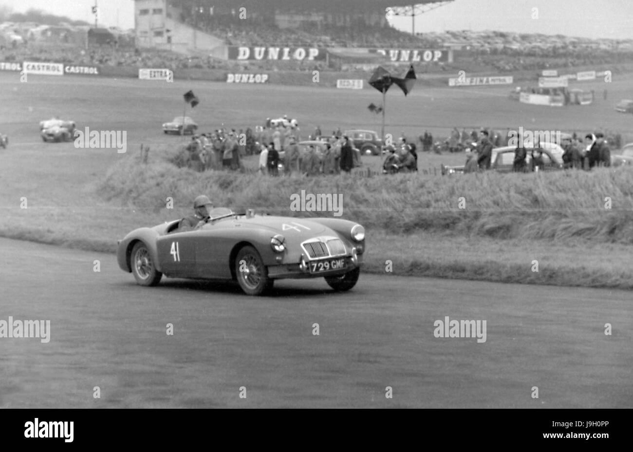 MGA, C.Shove in Brands Hatch 26. Dezember 1957 Stockbild