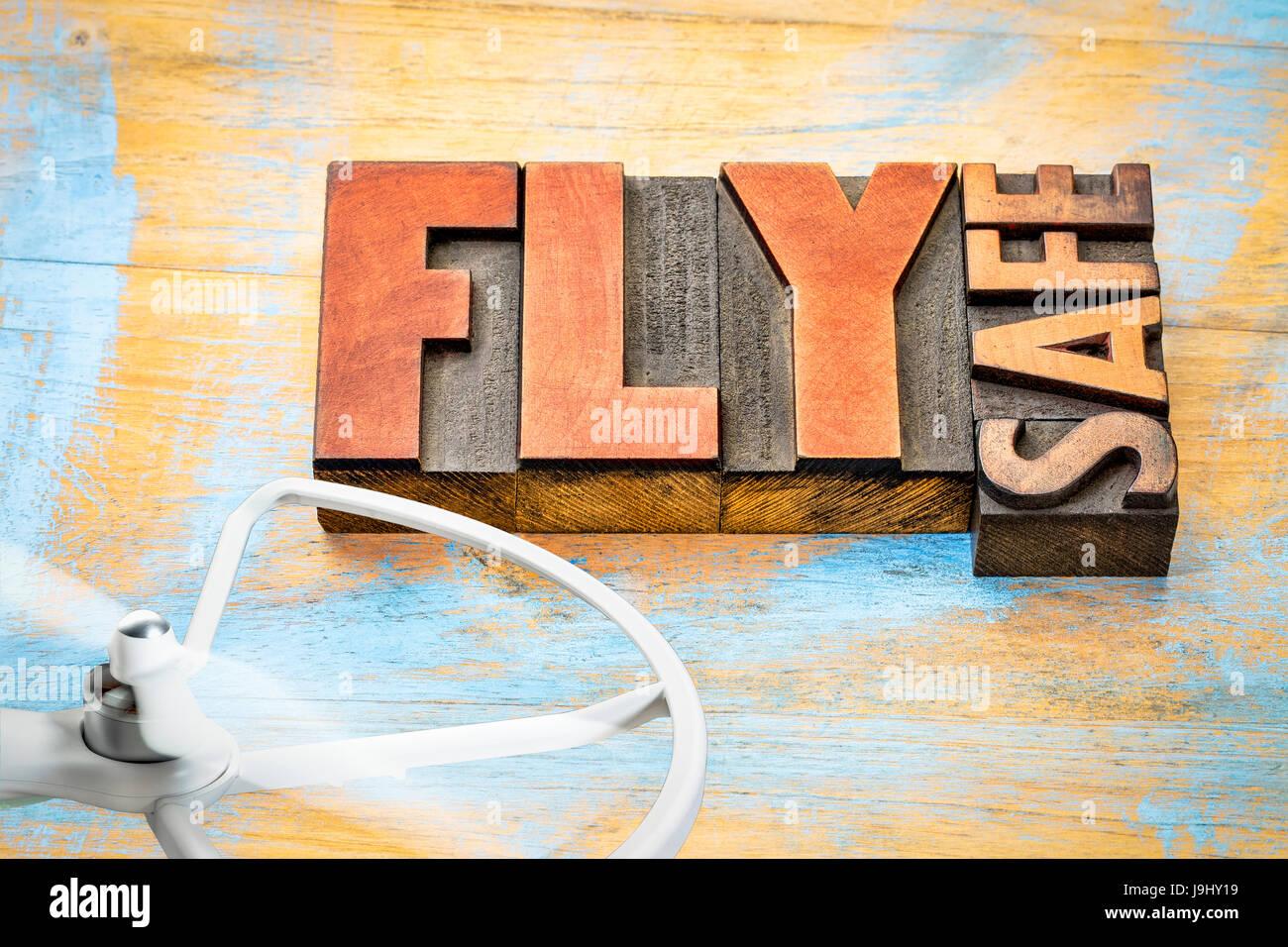 Fliegen Sie sicher - drone Betrieb Erinnerung - Zusammenfassung der Wörter im Buchdruck Holzart mit einem rotierenden Stockbild