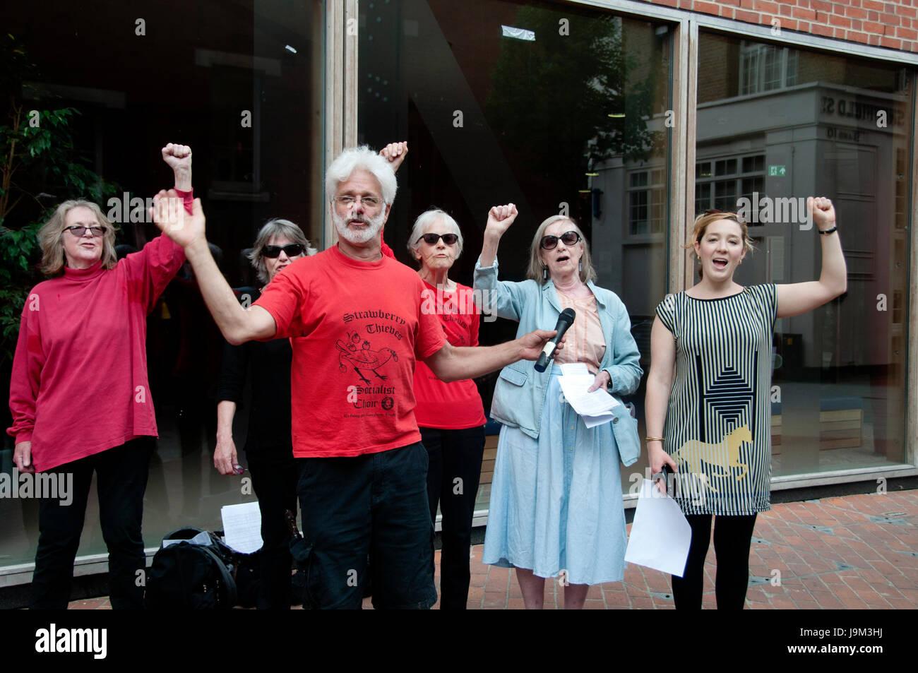 LSE. Unterstützung von Strawberry Thief sozialistischen Chor für eine mittags-Rallye, den Streik der Reinigungskräfte Stockbild
