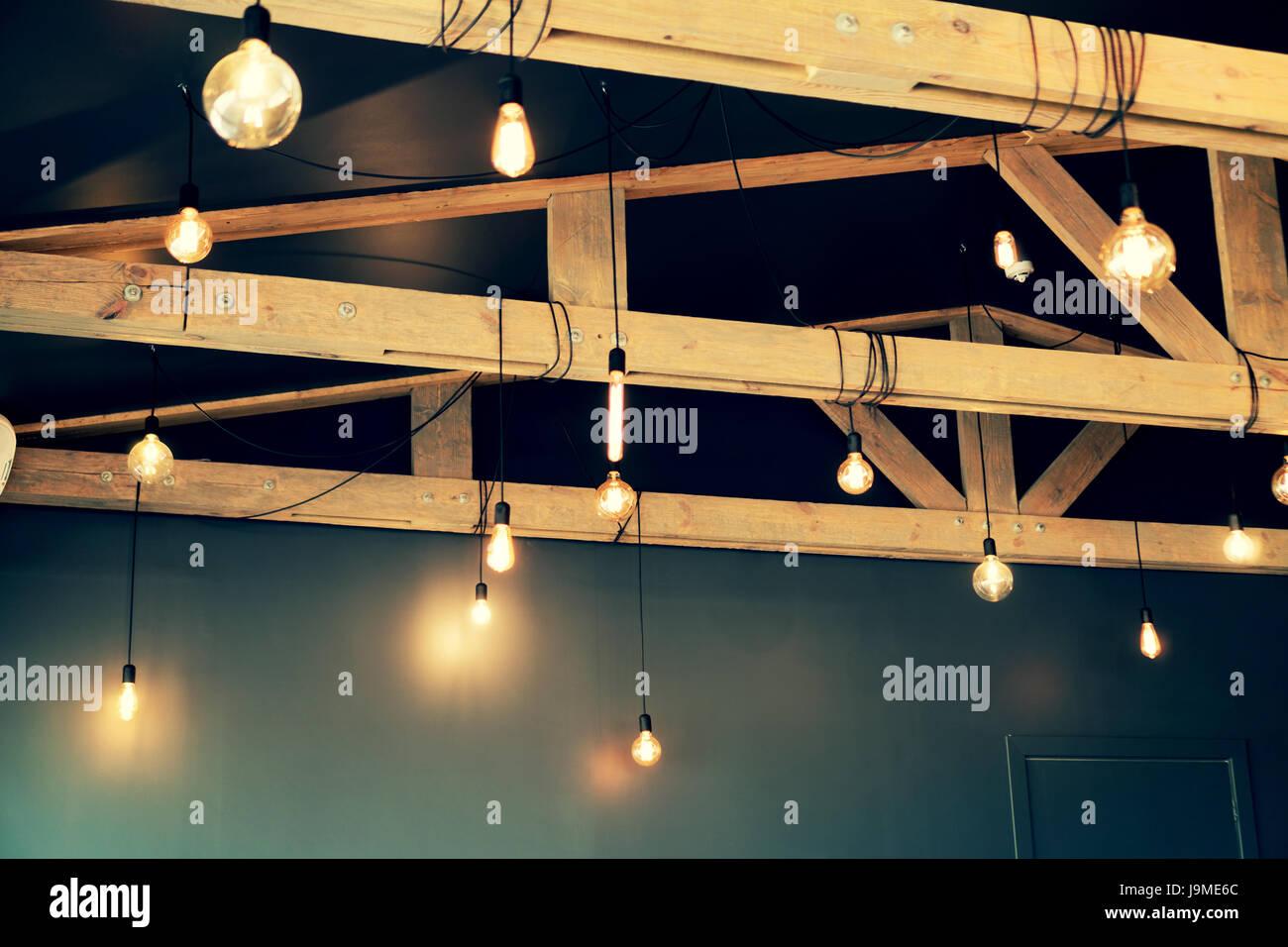 Vintage-Stil-Lampen von der Decke hängen Stockfoto, Bild: 143665044 ...