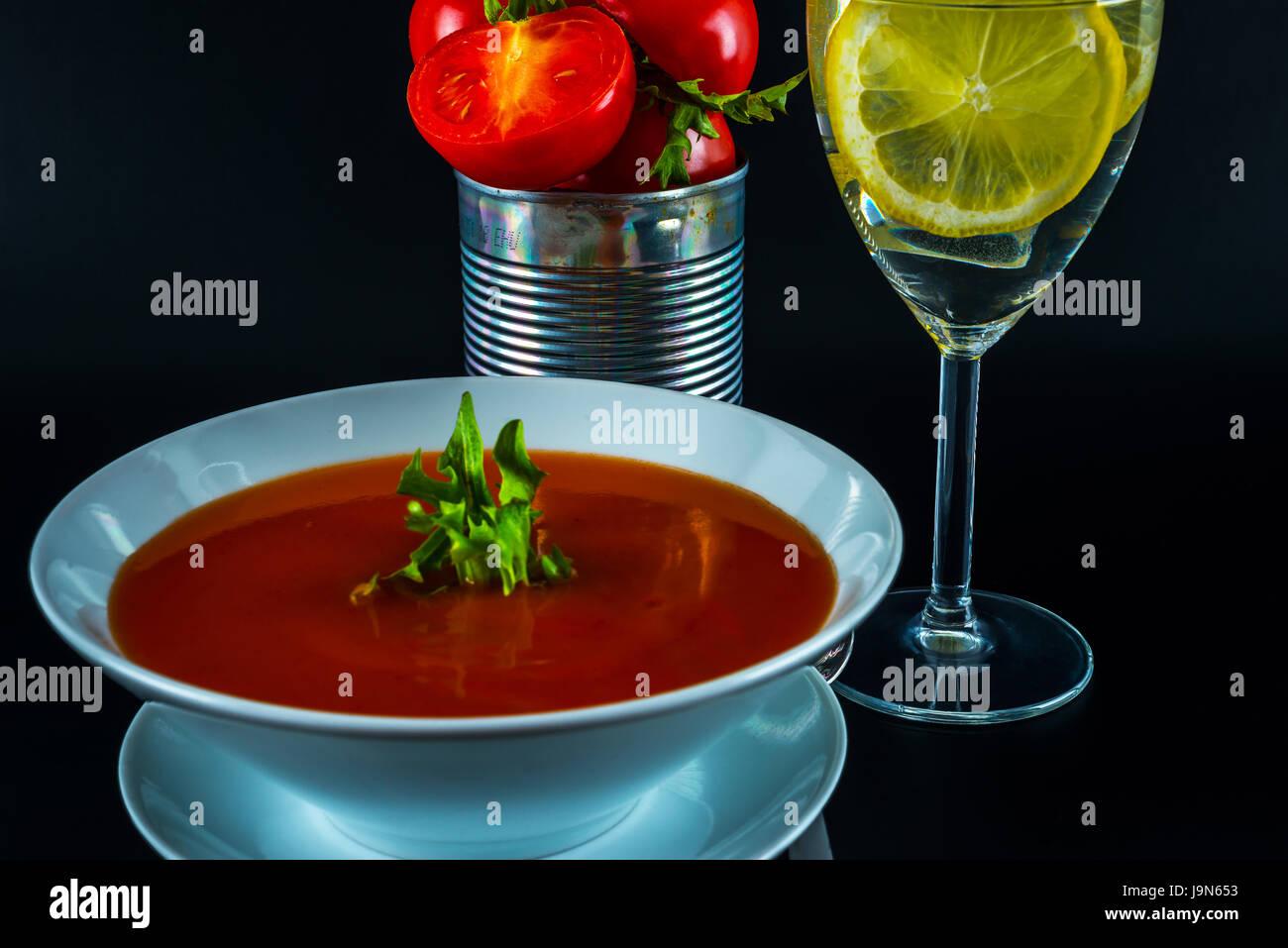 Vegetarische Tomatensuppe Mit Metalldose Frische Tomaten Wasser