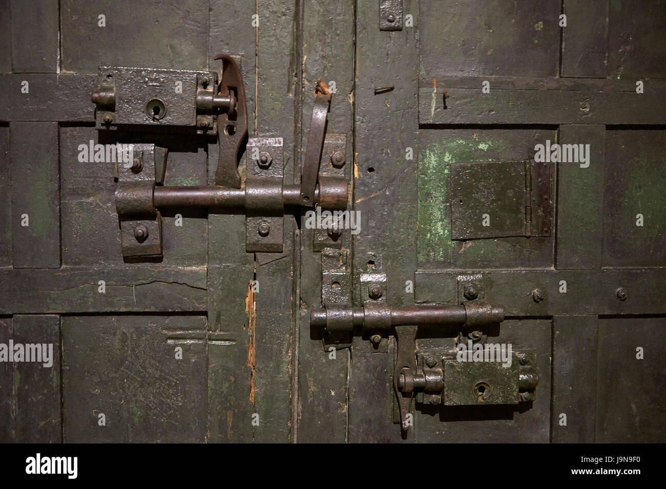 Schlösser an der Tür, Hoa Lo Gefängnismuseum, (Aka Hanoi Hilton), Hanoi, Vietnam Stockfoto
