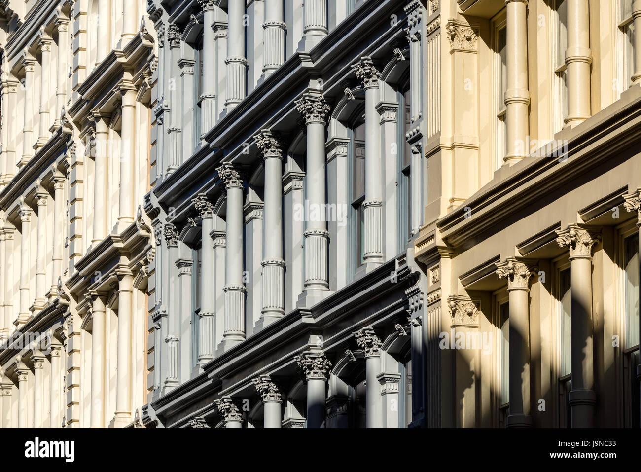 Gusseiserne Fassaden und Verzierungen. 19. Jahrhundert Gebäude in Manhattan Soho Nachbarschaft. New York City Stockbild
