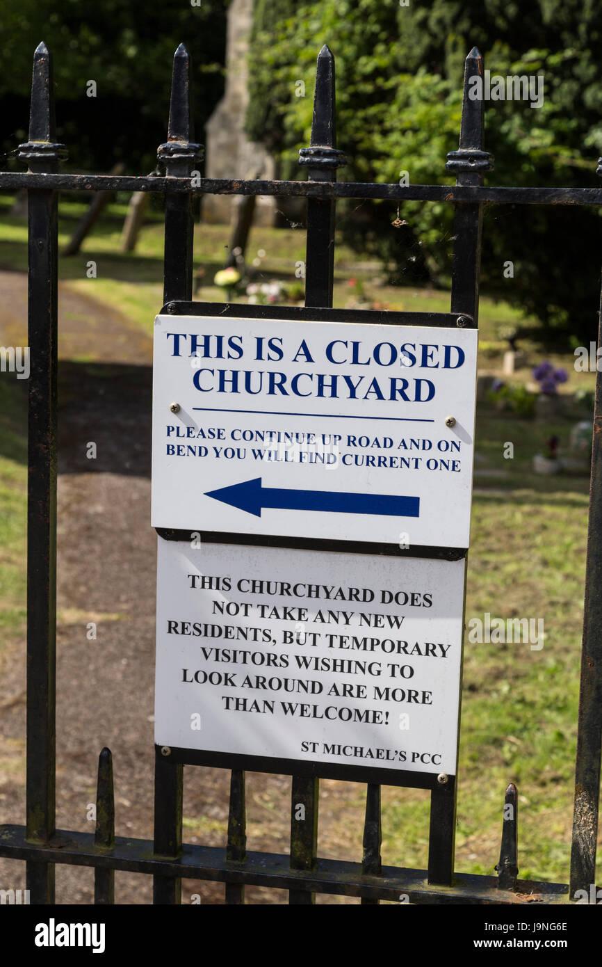 Amüsante Friedhof Zeichen in Bier, Devon. Beachten Sie lustige Friedhof. Stockfoto