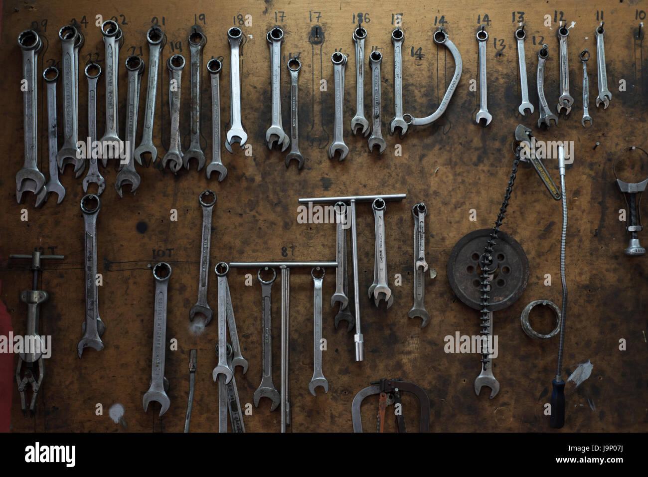 Verschiedene Werkzeuge hängen in Werkstatt Stockfoto