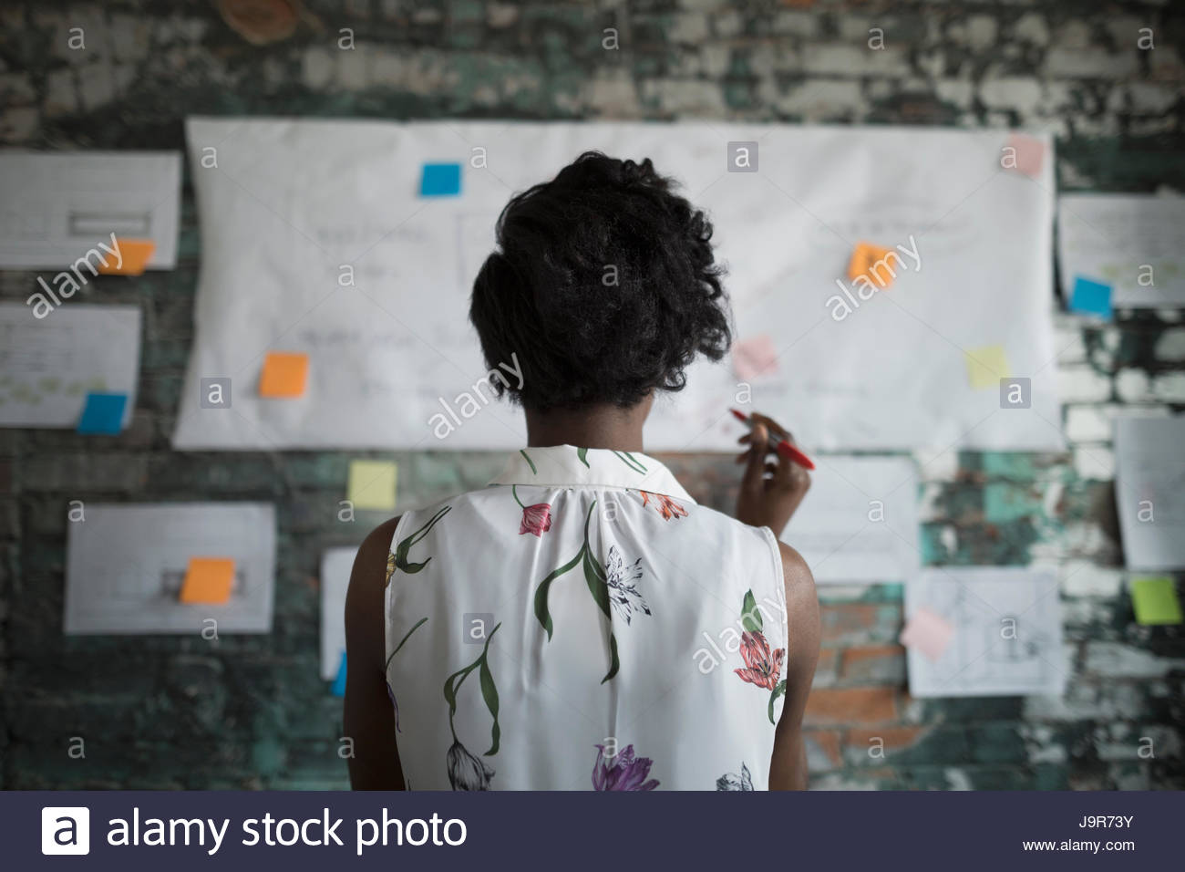 Kreative Geschäftsfrau brainstorming, Überprüfung der Flow-Chart-Wand im Büro hängen Stockbild