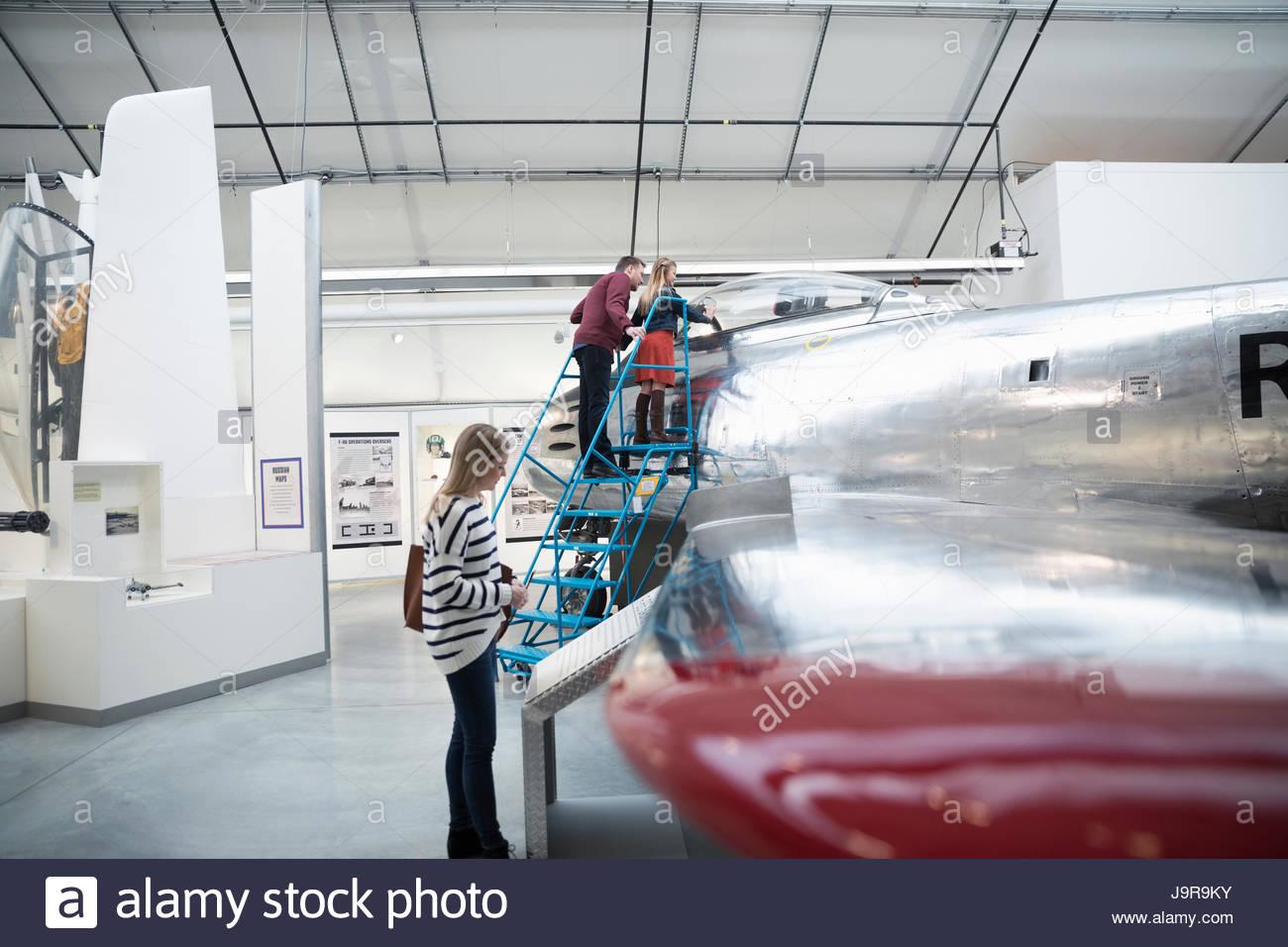 Familie sucht im Flugzeug im Krieg Museum hangar Stockbild