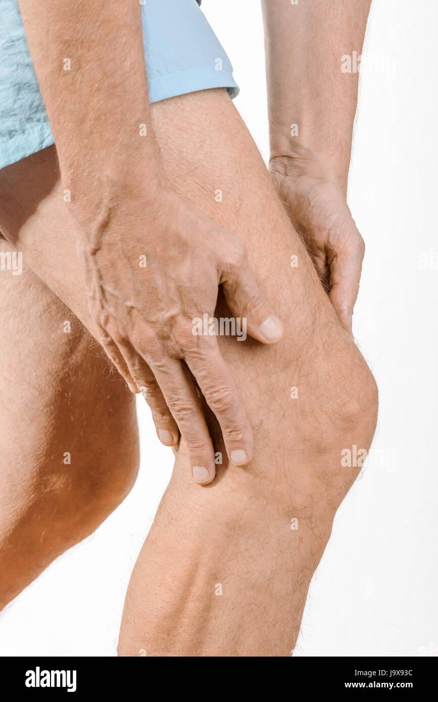 Athlet Mann massieren eine schmerzhafte Quadrizeps und das Knie nach ...