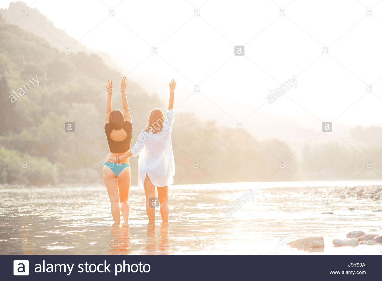 Junge Frauen am Strand im Sonnenuntergang, gute Zeit Stockbild