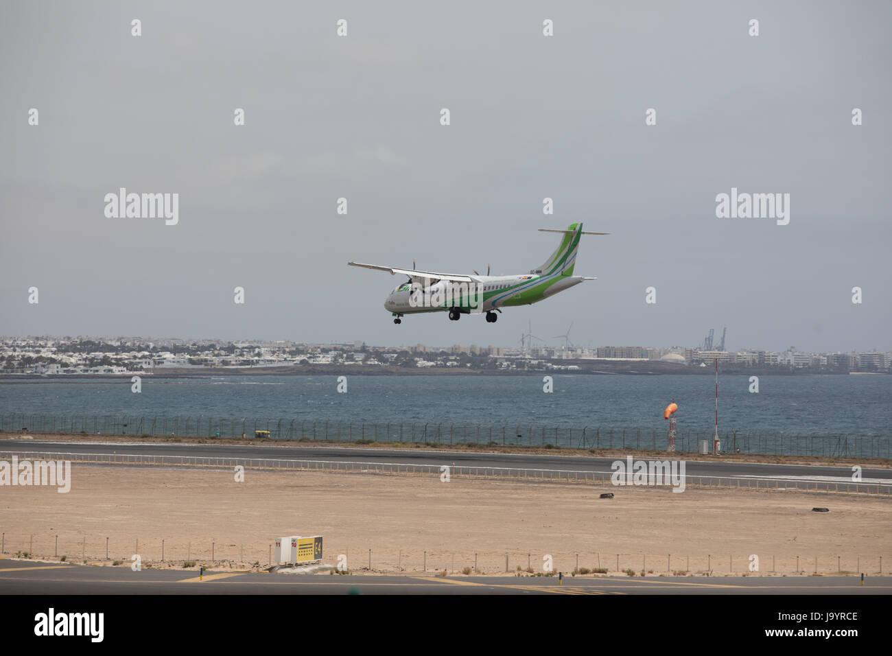 ARECIFE, Spanien - 15. April 2017: ATR 72 der Binter, landet auf dem Flughafen Lanzarote Stockbild