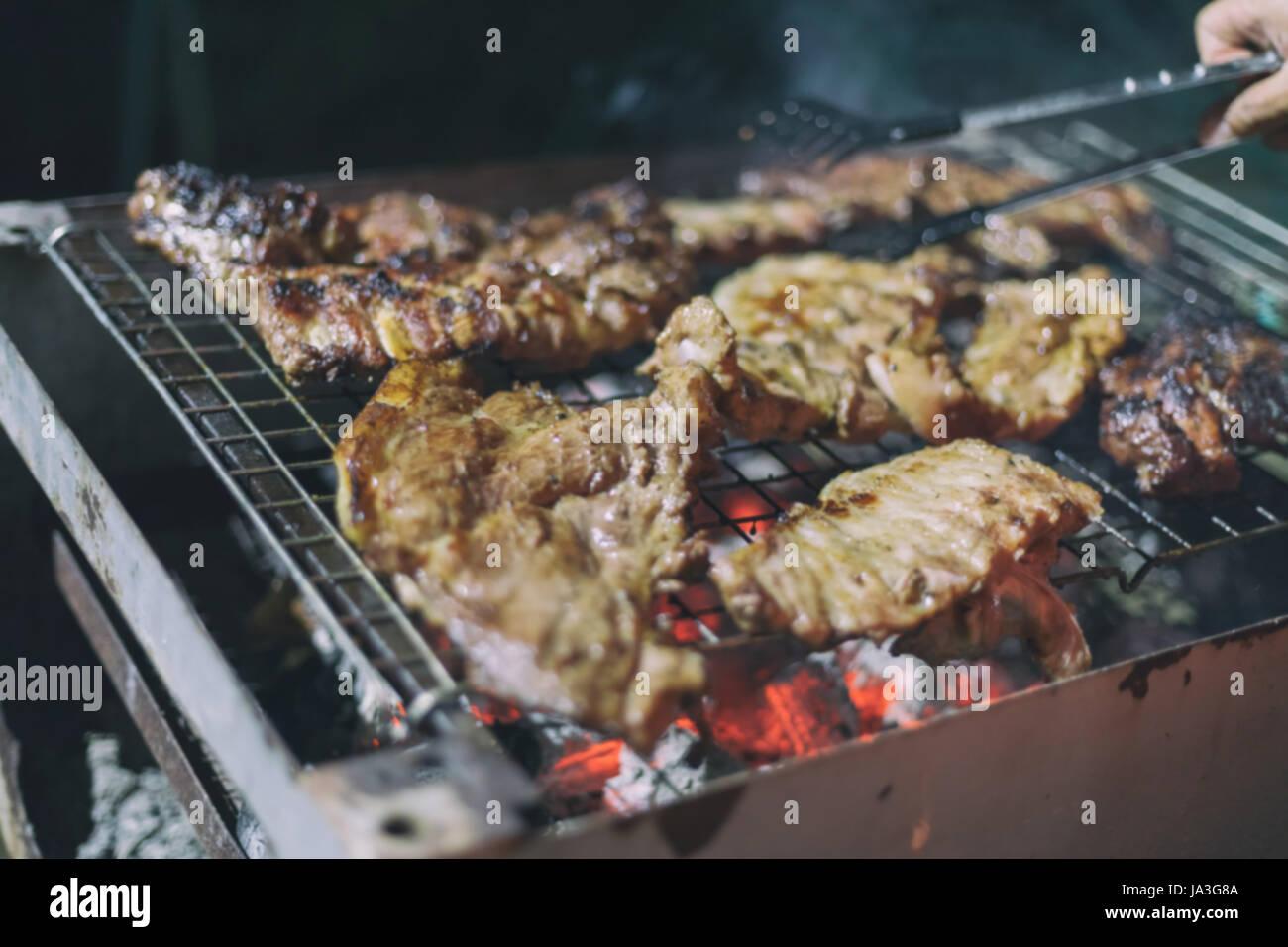 Blurry asiatische Männer kochen Grillen Stockbild