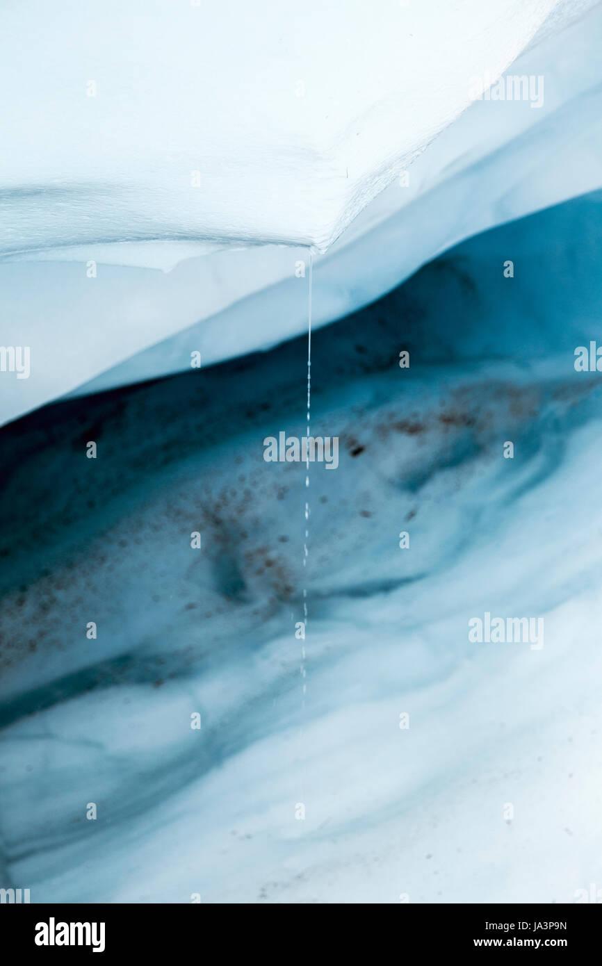 Walter tropft aus einem Block von schmelzenden Gletscher Eis, Fox Glacier, Südinsel, Neuseeland Stockbild