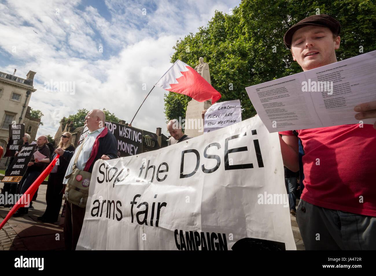 Stoppen Sie die Arme-Messe. Anti-Kriegs-Demonstranten außerhalb Parlamentsgebäude in London, Vereinigtes Stockbild