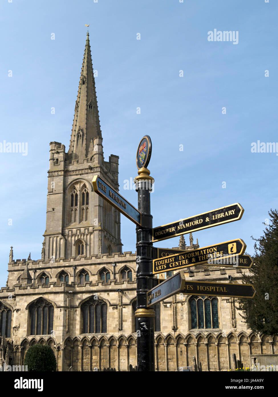 Alle Heiligen Kirche Stamford mit Finger Post Wegweiser im Vordergrund, Red Lion Square, Stamford, Lincolnshire, Stockbild
