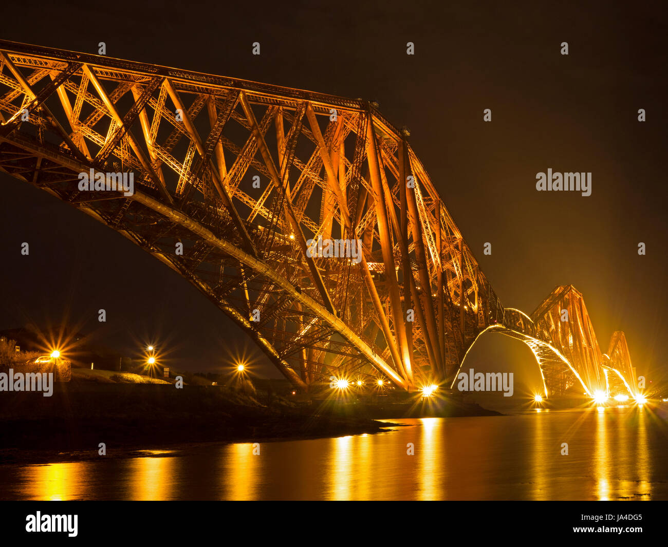 Forth Bridge bei Nacht Stockbild